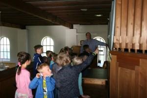 Besichtigung der Kirche von Kindern 007