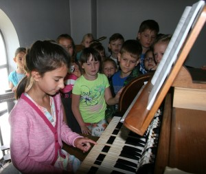 Besichtigung der Kirche von Kindern 011