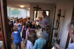 Besichtigung der Kirche von Kindern 025