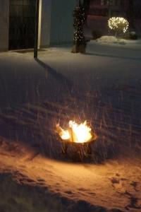 terassenfeuer-im-schneetreiben-hochkant