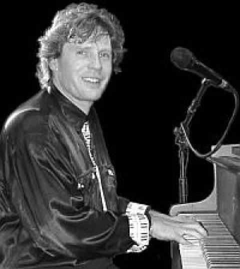 Der Jazzpianist Christian Gumbiller kommt in die Auferstehungskirche: