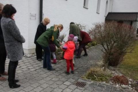 Ostereiersuche der Kinder rund um die Auferstehungskirche