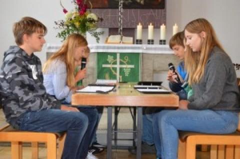 Kirchenvorstandssitzung 1969 – von Konfirmanden nachgespielt