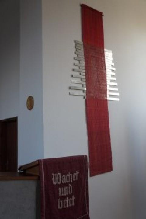 Das rote Wandparament hängt wieder an seinem Platz