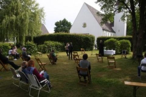 Das Wetter spielte mit: Pfingstgottesdienst unter sonnigem Himmel